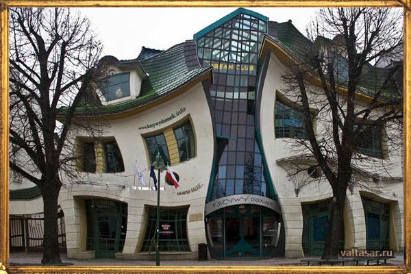 весьма необычное изогнутое здание